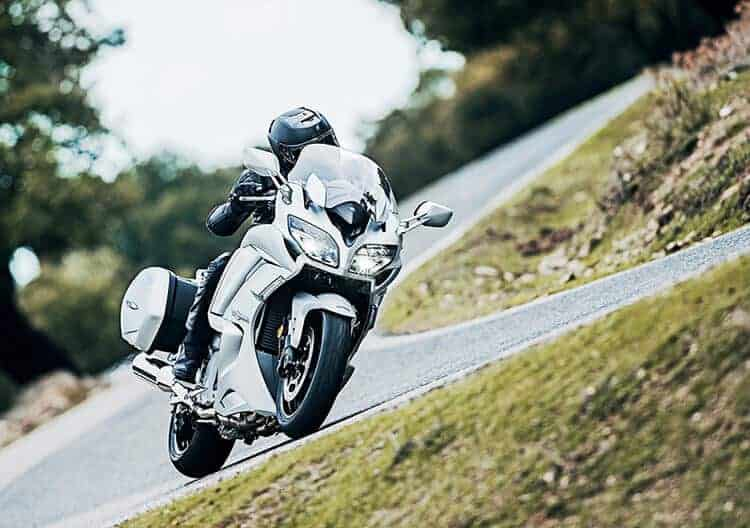Motowish bigbike yamaha FJR1300 4 - Yamaha เอาใจสาวกสปอร์ตทัวริ่งรุ่นใหญ่ อัพเกรด FJR1300 ใหม่รับปี 2016 - เป็นการเปิดผ้าคลุมครั้งใหม่ให้กับยักษ์ใหญ่สายสปอร์ตทัวริ่ง Yamaha FJR1300 มาในปี 2016 มีการเปลี่ยนแปลงครั้งใหญ่ในหลายส่วน