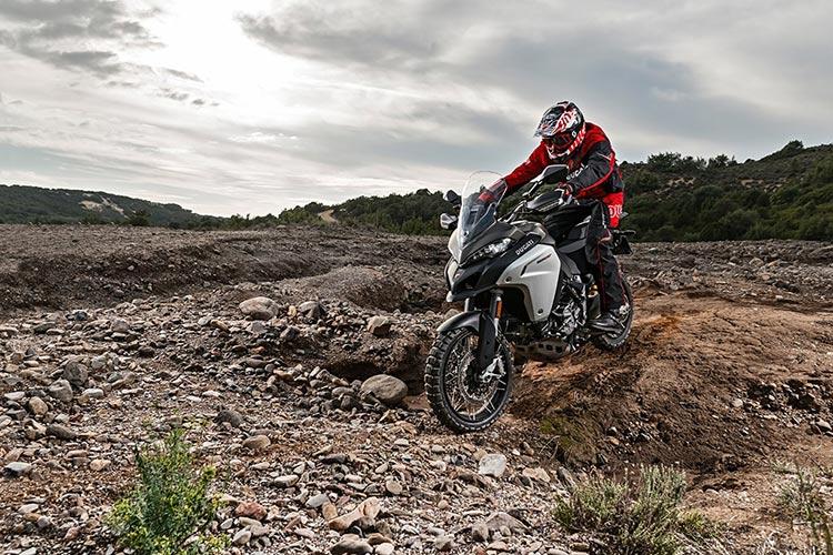 motowish bigbike ducati multistrada Enduro 3 - Ducati เผยทีเด็ด Multistrada 1200  ขาลุยทางฝุ่น (Enduro) และที่สุดของขาลุยทางดำ (Pikes Peak) (EICMA 2015) - Ducati ติดเขี้ยวเล็บ เสริมทีเด็ดให้ Multistrada 1200 ถึง 2 รุ่น รุ่นแรกเอาในสายลุย และอีกรุ่นเป็นการต่อยอดให้สุดกว่าเดิม