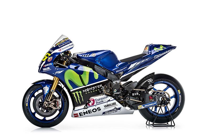 motowish Yamaha YZR M1 Valentino Rossi 4 - รายละเอียด Yamaha YZR-M1 2016 เครื่องจักรสังหารตัวใหม่ของ รอสซี่ และลอเรนโซ่ - เรามาดูกันต่อว่ารายละเอียดของตัวรถมีอะไรที่เปลี่ยนไปบ้าง ก่อนอื่นต้องบอกว่า ปีนี้ MotoGP มีการเปลี่ยนแปลงกฏบางอย่าง ซึ่งส่งผลกระทบถึง นักแข่ง และทีมงานที่ต้องปรับตัวกันยกใหญ่ อย่างระบบซอฟแวร์ใหม่ และยาง