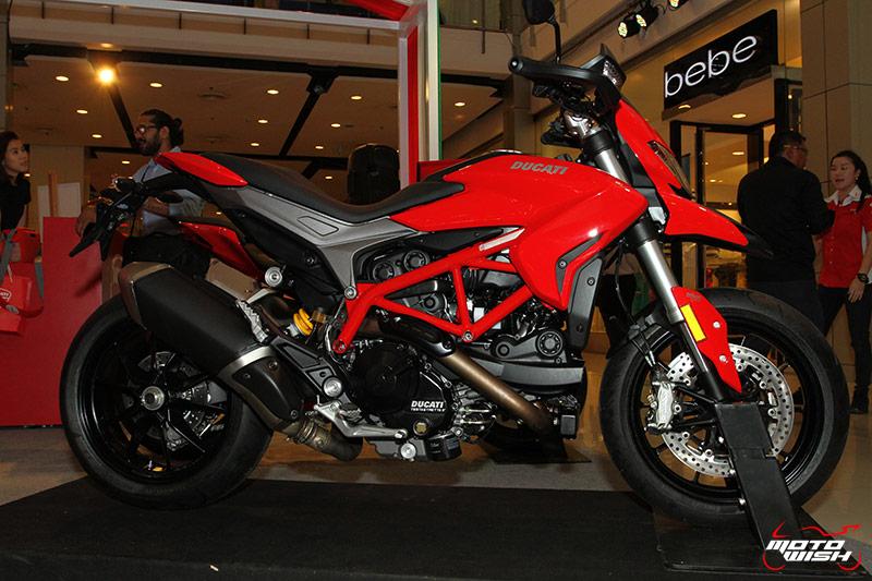 MotoWihs New Ducati Hypermotard 2016 51 - งานโชว์รถ Italian Week 2016 @ Central World วันสุดท้าย - วันอาทิตย์สายๆแบบนี้ ใครไม่มีที่เดินเล่นชิลๆไม่รู้จะไปไหนดี ลองแวะไปดูงานโชว์รถอิตาลีแบรนด์ดัง และสินค้าออกบูธในราคาพิเศษกัน งานนี้จัดขึ้นที่ห้างเซ็นทรัลเวิลด์ วันนี้ (5 มิ.ย.59) เป็นวันสุดท้ายแล้ว คุยถูกคอเผื่อมีราคาพิเศษ