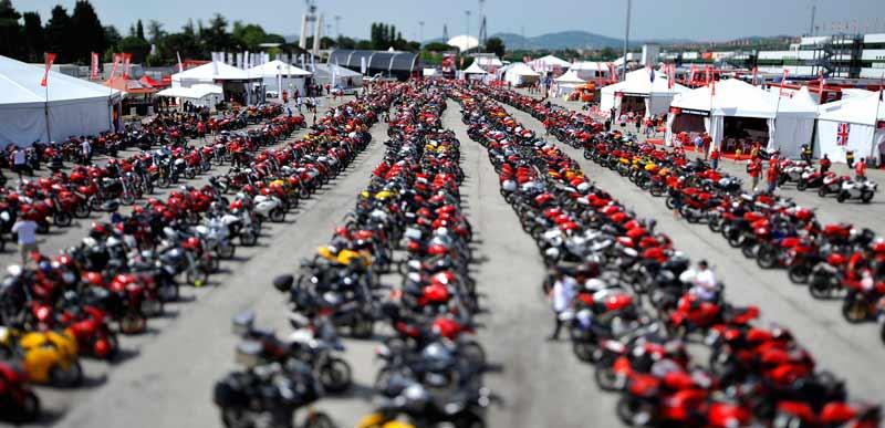 motowish World Ducati Week - มีเซอร์ไพรส์ให้ตลอด!! Ducati เตรียมเปิดตัวรถ 2 โมเดลใหม่ในงาน World Ducati Week - ใกล้เข้ามาทุกทีสำหรับ World Ducati Week (WDW) งานรวมพลคนรักดูคาติ ที่จัดขึ้น ณ สนามมิซาโน่ ประเทศอิตาลี่ ในวันที่ 1-3 กรกฎาคม 2016 ในครั้งนี้ดูคาติประกาศข่าวดีให้กับแฟนๆได้ทราบว่าจะมีการเปิดตัวรถ 2 โมเดลใหม่ภายในงาน