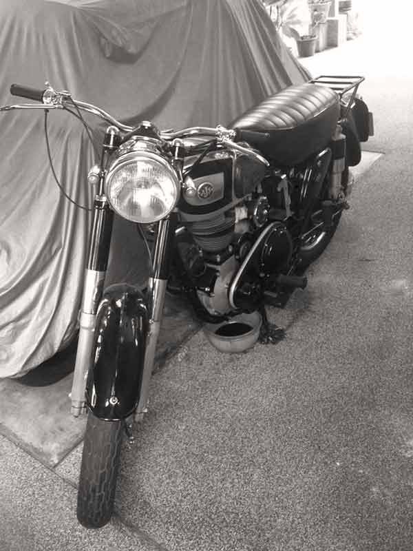 MotoWish AJS Classic Bike - จากเรื่องจริง !!! ความสูญเสีย...รถอันเป็นที่รัก...และความทรงจำที่เหลืออยู่ - จากเรื่องจริง !!! ผมได้รับข้อมูลจากน้องที่สนิทกัน น้องทำงานบริษัทฉีดปลวก มากระซิบบอกว่าร้านลูกค้า(ฉีดปลวก) มีรถคันนึงเจ้าของเสียไปแล้ว ที่บ้านไม่มีคนขี่มอไซค์พร้อมกับส่งรูปมาให้ หลังจากที่ผมได้รับรูปจึงแจ้งข่าวกับพวกสายรถเก่า พรรคพวกผมสนใจจะนำมาดูแลอย่างดีต่อ ไม่ขัดข้องเรื่องราคา เพราะอยากอนุรักษ์ไว้ไม่อยากให้สูญหายไป