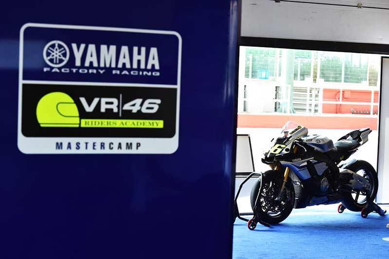 Yamaha VR46 Master Camp 2 8 - Yamaha VR46 Master Camp #2 ชมคลิปนักแข่งไทยเข้าฝึกการขับขี่ในแคมป์ Rossi - ไทยยามาฮ่ามอเตอร์ ส่งสองนักแข่งดาวรุ่งในสังกัด สเเตมป์ อภิวัฒน์ วงศ์ธนานนท์ และ เติ้ล พีระพงษ์ หลุยบุญเป็ง สู่แคมป์ฝึกซ้อมการขับขี่ของพ่อหมอ Valentino Rossi เพื่อรับการฝึกฝนเทคนิคต่างๆและพัฒนาทักษะการขับขี่ให้ก้าวสู่ระดับโลก โดยการเข้าแคมป์ในครั้งนี้นักแข่งทั้งสองคนจะใช้เวลาทั้งหมด 5 วัน รวมกับนักแข่งดาวรุ่งจากประเทศเพื่อนบ้าน การเข้าคอร์สจะมีอะไรบ้างเราไปตามติดชีวิตในแคมป์รอสซี่กันเลยดีกว่า