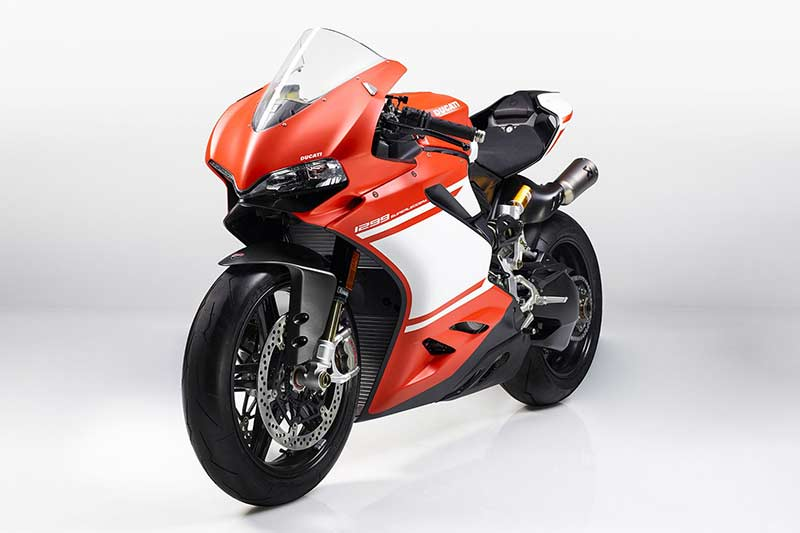 Ducati 1299 SUPERLEGGERA 5 - เปิดตัว!! สุดยอดซุปเปอร์ไบค์ค่ายแดง ทั้งโหด ทั้งหรู Ducati 1299 Superleggera (EICMA 2016) - สุดยอดซุปเปอร์ไบค์ที่หลายคนรอคอย ในที่สุดก็ได้เปิดตัวอย่างเป็นทางการแล้ว Ducati 1299 Superleggera ถือเป็นซุปเปอร์ไบค์แห่งยุดที่ใช้เทคโนโนยีการผลิตด้วยคาร์บอนไฟเบอร์เป็นส่วนประกอบหลัก ผสมผสานกับเทคโนโลยีเหนือชั้นทำให้เป็นรถในฝันที่หลายคนอยากคว้ามันมาครอง