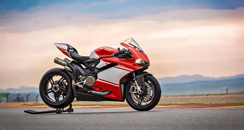 "Ducati 1299 Superleggera 5 - เผยภาพ Ducati 1299 Superleggera ส่องทุกมุมมอง ก่อนเปิดตัว!! - หลังจากเป็นกระแสอยู่พักใหญ่สำหรับสุดยอดซุปเปอร์ไบค์ค่าย Ducati ใน ""Project 1408"" ล่าสุดได้มีภาพเปิดเผยออกมาให้เห็นเต็มคัน ในนามว่า Ducati 1299 Superleggera"