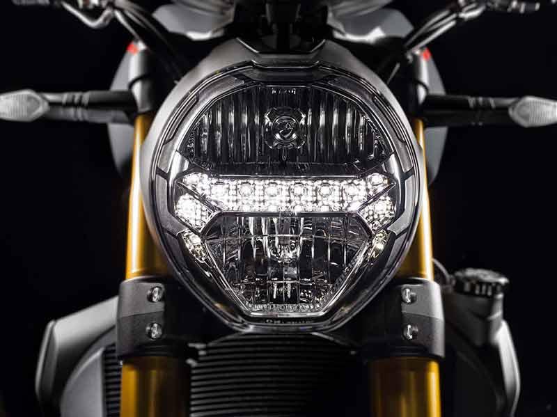 Ducati Monster 1200 S 1 - Ducati Monster 1200 2017 เครื่องปรับใหม่ ใส่แรงม้าอัดออฟชั่น (EICMA 2016) - ในงาน EICMA 2016 Claudio Domenicali ซีอีโอดูคาติกล่าวว่า มีการเปลี่ยนแปลงหลายอย่างมากในปี 2017 และหนึ่งในนั้นก็คือ รถรุ่น Ducati Monster 1200 ที่ได้ปรับปรุงเครื่องยนต์ใหม่ เพื่อเสริมประสิทธิภาพ และรีดพละกำลังให้ดีขึ้นกว่าเดิม