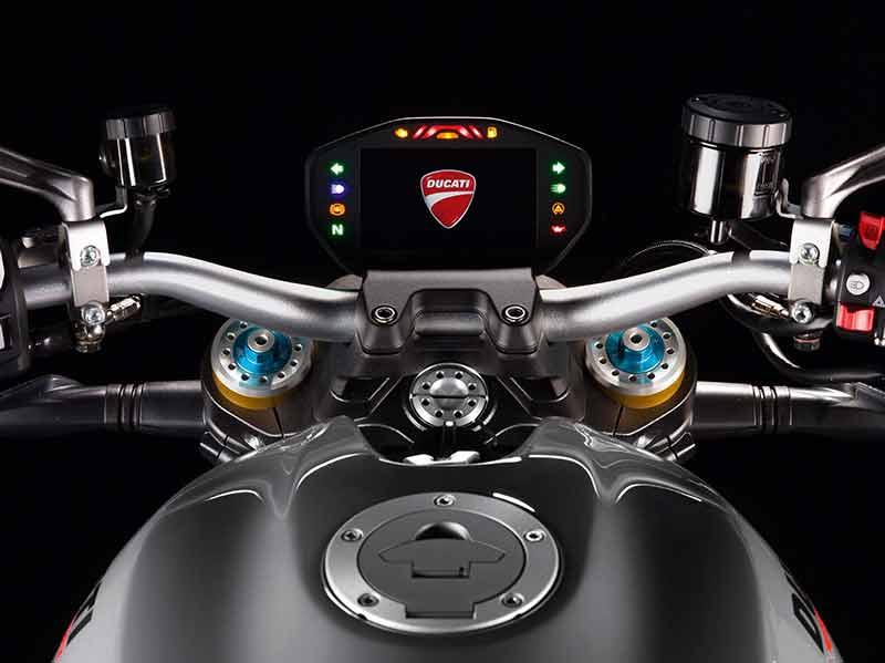 Ducati Monster 1200 S 2 - Ducati Monster 1200 2017 เครื่องปรับใหม่ ใส่แรงม้าอัดออฟชั่น (EICMA 2016) - ในงาน EICMA 2016 Claudio Domenicali ซีอีโอดูคาติกล่าวว่า มีการเปลี่ยนแปลงหลายอย่างมากในปี 2017 และหนึ่งในนั้นก็คือ รถรุ่น Ducati Monster 1200 ที่ได้ปรับปรุงเครื่องยนต์ใหม่ เพื่อเสริมประสิทธิภาพ และรีดพละกำลังให้ดีขึ้นกว่าเดิม
