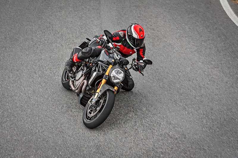 Ducati Monster 1200 S 5 - Ducati Monster 1200 2017 เครื่องปรับใหม่ ใส่แรงม้าอัดออฟชั่น (EICMA 2016) - ในงาน EICMA 2016 Claudio Domenicali ซีอีโอดูคาติกล่าวว่า มีการเปลี่ยนแปลงหลายอย่างมากในปี 2017 และหนึ่งในนั้นก็คือ รถรุ่น Ducati Monster 1200 ที่ได้ปรับปรุงเครื่องยนต์ใหม่ เพื่อเสริมประสิทธิภาพ และรีดพละกำลังให้ดีขึ้นกว่าเดิม