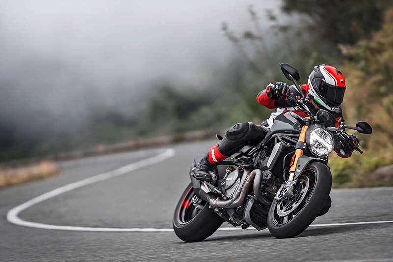 Ducati Monster 1200 S 6 - Ducati Monster 1200 2017 เครื่องปรับใหม่ ใส่แรงม้าอัดออฟชั่น (EICMA 2016) - ในงาน EICMA 2016 Claudio Domenicali ซีอีโอดูคาติกล่าวว่า มีการเปลี่ยนแปลงหลายอย่างมากในปี 2017 และหนึ่งในนั้นก็คือ รถรุ่น Ducati Monster 1200 ที่ได้ปรับปรุงเครื่องยนต์ใหม่ เพื่อเสริมประสิทธิภาพ และรีดพละกำลังให้ดีขึ้นกว่าเดิม