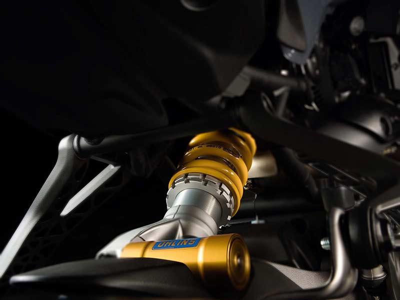 Ducati Monster 1200 S 7 - Ducati Monster 1200 2017 เครื่องปรับใหม่ ใส่แรงม้าอัดออฟชั่น (EICMA 2016) - ในงาน EICMA 2016 Claudio Domenicali ซีอีโอดูคาติกล่าวว่า มีการเปลี่ยนแปลงหลายอย่างมากในปี 2017 และหนึ่งในนั้นก็คือ รถรุ่น Ducati Monster 1200 ที่ได้ปรับปรุงเครื่องยนต์ใหม่ เพื่อเสริมประสิทธิภาพ และรีดพละกำลังให้ดีขึ้นกว่าเดิม