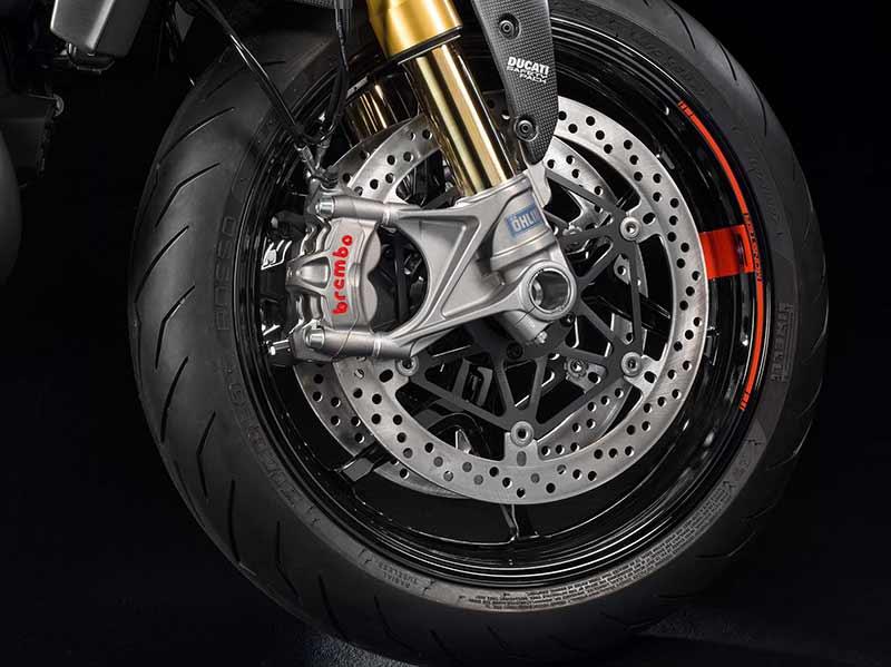 Ducati Monster 1200 S 9 - Ducati Monster 1200 2017 เครื่องปรับใหม่ ใส่แรงม้าอัดออฟชั่น (EICMA 2016) - ในงาน EICMA 2016 Claudio Domenicali ซีอีโอดูคาติกล่าวว่า มีการเปลี่ยนแปลงหลายอย่างมากในปี 2017 และหนึ่งในนั้นก็คือ รถรุ่น Ducati Monster 1200 ที่ได้ปรับปรุงเครื่องยนต์ใหม่ เพื่อเสริมประสิทธิภาพ และรีดพละกำลังให้ดีขึ้นกว่าเดิม