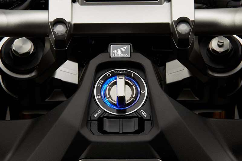 Honda X ADV 3 - Honda X-ADV สกู๊ตเตอร์ครอสโอเวอร์ขาลุยจากค่ายปีกนก (EICMA 2016) - หลังจากโชว์รถคอนเซ็ปไบค์ในงานเมื่อปีที่แล้ว ก็ได้เวลาเวียนมาบรรจบครบปีอีกครั้ง ในปีนี้ Honda เปิดตัว X-ADV รถสกูตเตอร์ครอสโอเวอร์ หรือสกูตเตอร์สายลุย ที่ตั้งใจทำออกมาให้ฝ่าฟันได้ทุกสภาพถนน