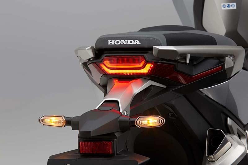 Honda X ADV - Honda X-ADV สกู๊ตเตอร์ครอสโอเวอร์ขาลุยจากค่ายปีกนก (EICMA 2016) - หลังจากโชว์รถคอนเซ็ปไบค์ในงานเมื่อปีที่แล้ว ก็ได้เวลาเวียนมาบรรจบครบปีอีกครั้ง ในปีนี้ Honda เปิดตัว X-ADV รถสกูตเตอร์ครอสโอเวอร์ หรือสกูตเตอร์สายลุย ที่ตั้งใจทำออกมาให้ฝ่าฟันได้ทุกสภาพถนน