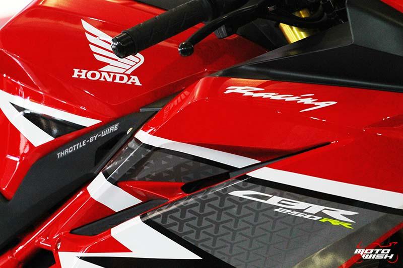 MotoWish CBR250RR 2017 02 - Preview : CBR250RR 2017 สเต็ปนี้ขายในไทยเปิดราคาเท่าไรดี !!! - สวยงามน่ากราบเป็นอย่างยิ่งกับรถเอ็นทรี่คลาส Honda CBR250RR 2017 ช็อตเด็ดจากรถจริงที่จะออกวางจำหน่าย โดยทางทีมงานเก็บภาพมาฝากจากสนามเซปัง ดีเทลแบบนี้เพื่อนๆว่าถ้าขายในเมืองไทยเปิดราคาเท่าไรดี