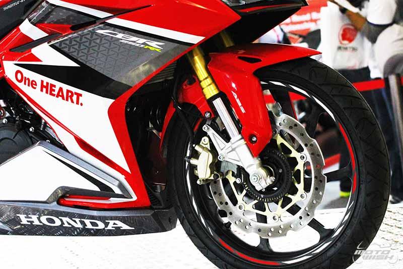 MotoWish CBR250RR 2017 04 - Preview : CBR250RR 2017 สเต็ปนี้ขายในไทยเปิดราคาเท่าไรดี !!! - สวยงามน่ากราบเป็นอย่างยิ่งกับรถเอ็นทรี่คลาส Honda CBR250RR 2017 ช็อตเด็ดจากรถจริงที่จะออกวางจำหน่าย โดยทางทีมงานเก็บภาพมาฝากจากสนามเซปัง ดีเทลแบบนี้เพื่อนๆว่าถ้าขายในเมืองไทยเปิดราคาเท่าไรดี