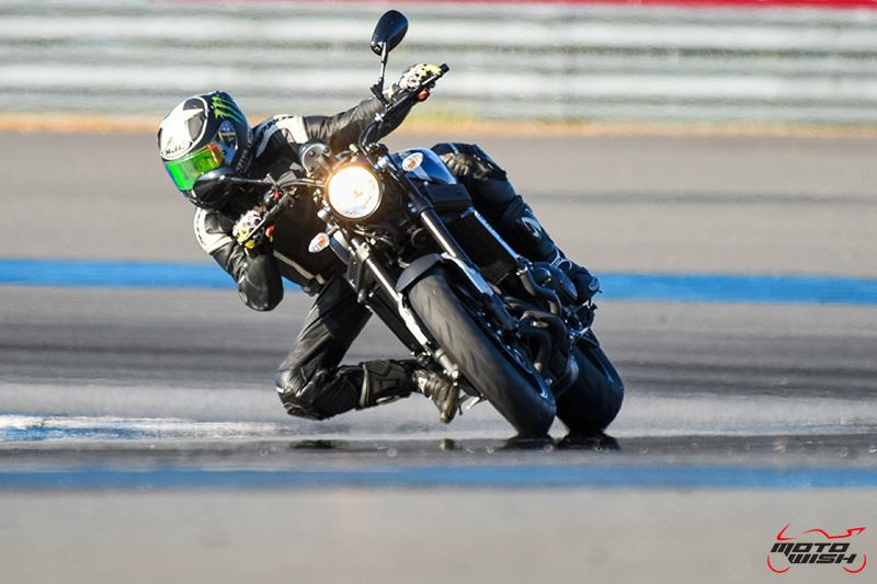 """MotoWish Review Yamaha XSR900 02 - Review : Yamaha XSR900 เท่ห์บาดใจ เรทโทรไบค์ หัวใจสปอร์ต - """"แต่ดูรวมๆ แล้วมีเสน่ห์เหลือเกิน ไม่ต้องมาเขิน ฉันพูดจริงๆ เธอมีเสน่ห์มากมาย จะน่ารักไปไหน อยากจะได้แอบอิง ยิ่งดูยิ่งมีเสน่ห์"""" แหม่!! อารมณ์ดีดี๊ มันใช่เลยกับความรู้สึกแบบนี้ รอคอยกันมาแรมปีกับของดีที่ Yamaha Riders' Club Thailand นำมาให้สาวกได้จับจองเป็นเจ้าของกันแล้ว สำหรับ Yamaha XSR 900 รถสปอร์ตคลาสสิคเรทโทร ทั้งชิค ทั้งไฮโซ เทคโนโลยีโก้ๆ และสมรรถนะเต็มคัน"""