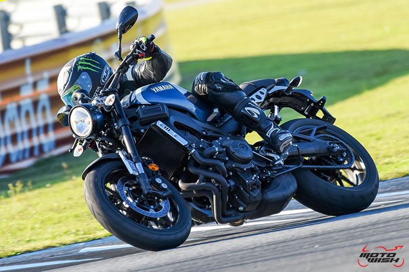 """MotoWish Review Yamaha XSR900 03 - Review : Yamaha XSR900 เท่ห์บาดใจ เรทโทรไบค์ หัวใจสปอร์ต - """"แต่ดูรวมๆ แล้วมีเสน่ห์เหลือเกิน ไม่ต้องมาเขิน ฉันพูดจริงๆ เธอมีเสน่ห์มากมาย จะน่ารักไปไหน อยากจะได้แอบอิง ยิ่งดูยิ่งมีเสน่ห์"""" แหม่!! อารมณ์ดีดี๊ มันใช่เลยกับความรู้สึกแบบนี้ รอคอยกันมาแรมปีกับของดีที่ Yamaha Riders' Club Thailand นำมาให้สาวกได้จับจองเป็นเจ้าของกันแล้ว สำหรับ Yamaha XSR 900 รถสปอร์ตคลาสสิคเรทโทร ทั้งชิค ทั้งไฮโซ เทคโนโลยีโก้ๆ และสมรรถนะเต็มคัน"""
