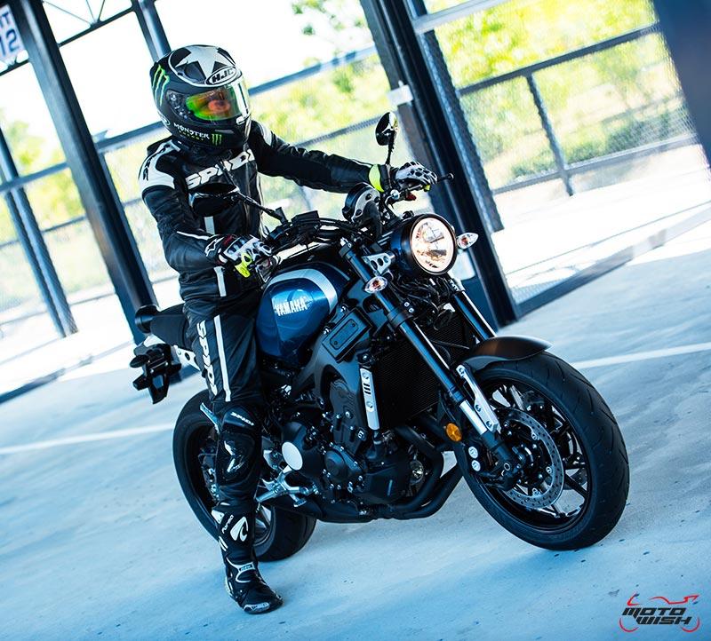 """MotoWish Review Yamaha XSR900 04 - Review : Yamaha XSR900 เท่ห์บาดใจ เรทโทรไบค์ หัวใจสปอร์ต - """"แต่ดูรวมๆ แล้วมีเสน่ห์เหลือเกิน ไม่ต้องมาเขิน ฉันพูดจริงๆ เธอมีเสน่ห์มากมาย จะน่ารักไปไหน อยากจะได้แอบอิง ยิ่งดูยิ่งมีเสน่ห์"""" แหม่!! อารมณ์ดีดี๊ มันใช่เลยกับความรู้สึกแบบนี้ รอคอยกันมาแรมปีกับของดีที่ Yamaha Riders' Club Thailand นำมาให้สาวกได้จับจองเป็นเจ้าของกันแล้ว สำหรับ Yamaha XSR 900 รถสปอร์ตคลาสสิคเรทโทร ทั้งชิค ทั้งไฮโซ เทคโนโลยีโก้ๆ และสมรรถนะเต็มคัน"""
