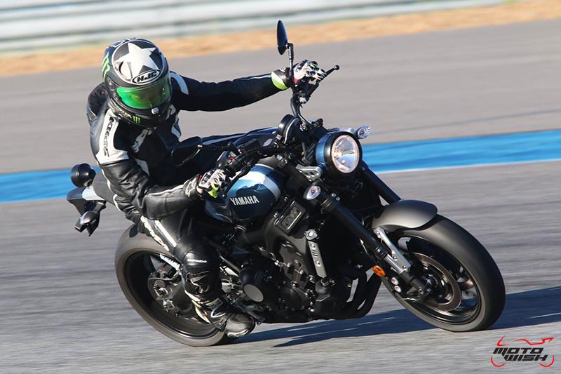 """MotoWish Review Yamaha XSR900 05 - Review : Yamaha XSR900 เท่ห์บาดใจ เรทโทรไบค์ หัวใจสปอร์ต - """"แต่ดูรวมๆ แล้วมีเสน่ห์เหลือเกิน ไม่ต้องมาเขิน ฉันพูดจริงๆ เธอมีเสน่ห์มากมาย จะน่ารักไปไหน อยากจะได้แอบอิง ยิ่งดูยิ่งมีเสน่ห์"""" แหม่!! อารมณ์ดีดี๊ มันใช่เลยกับความรู้สึกแบบนี้ รอคอยกันมาแรมปีกับของดีที่ Yamaha Riders' Club Thailand นำมาให้สาวกได้จับจองเป็นเจ้าของกันแล้ว สำหรับ Yamaha XSR 900 รถสปอร์ตคลาสสิคเรทโทร ทั้งชิค ทั้งไฮโซ เทคโนโลยีโก้ๆ และสมรรถนะเต็มคัน"""