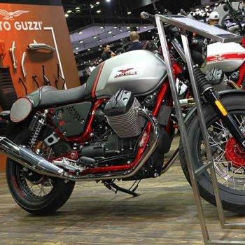 Motowish Moto Expo 2016Moto Guzzi 4 350x350 - Moto Guzzi ปล่อยของดี รถคัสตอม V9 Bobber และ V9 Roamer สุดแนว (Motor Expo 2016) - โมโต กุซซี่ (Moto Guzzi) เป็นอีกแบรนด์หนึ่งที่ เวสปิอาริโอ นำเข้ามาจำหน่ายในประเทศไทยอย่างเป็นทางการ สำหรับแบรนด์ Moto Guzzi มีตราสัญลักษณ์เป็นรูปนกอินทรีกางปีกแดง และมีประวัติศาสตร์มายาวนานมาตั้งแต่ ค.ศ. 1921 นั่นทำให้แบรนด์นี้มีอายุกว่า 95 ปี