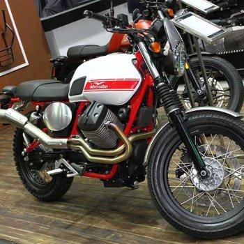 Motowish Moto Expo 2016Moto Guzzi 5 350x350 - Moto Guzzi ปล่อยของดี รถคัสตอม V9 Bobber และ V9 Roamer สุดแนว (Motor Expo 2016) - โมโต กุซซี่ (Moto Guzzi) เป็นอีกแบรนด์หนึ่งที่ เวสปิอาริโอ นำเข้ามาจำหน่ายในประเทศไทยอย่างเป็นทางการ สำหรับแบรนด์ Moto Guzzi มีตราสัญลักษณ์เป็นรูปนกอินทรีกางปีกแดง และมีประวัติศาสตร์มายาวนานมาตั้งแต่ ค.ศ. 1921 นั่นทำให้แบรนด์นี้มีอายุกว่า 95 ปี