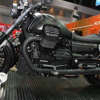 Motowish Moto Expo 2016Moto Guzzi 7 350x350 - Moto Guzzi ปล่อยของดี รถคัสตอม V9 Bobber และ V9 Roamer สุดแนว (Motor Expo 2016) - โมโต กุซซี่ (Moto Guzzi) เป็นอีกแบรนด์หนึ่งที่ เวสปิอาริโอ นำเข้ามาจำหน่ายในประเทศไทยอย่างเป็นทางการ สำหรับแบรนด์ Moto Guzzi มีตราสัญลักษณ์เป็นรูปนกอินทรีกางปีกแดง และมีประวัติศาสตร์มายาวนานมาตั้งแต่ ค.ศ. 1921 นั่นทำให้แบรนด์นี้มีอายุกว่า 95 ปี