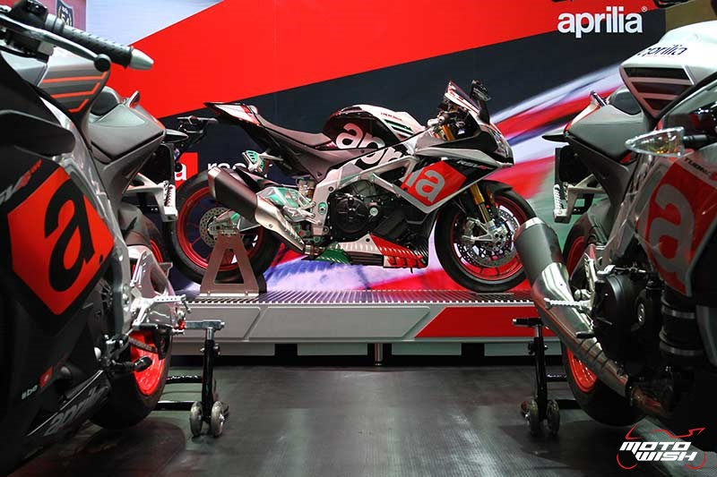 Motowish Moto Expo 2017Aprilia 5 - เปิดตัวแล้วในไทย!! Aprilia RSV4RF สุดยอดซุปเปอร์ไบค์สายสนาม (Motor Expo 2016) - เวสปิอาริโอ (ประเทศไทย) ผู้นำเข้ารถมอเตอร์ไซค์สัญชาตอิตาลีแบรนด์ Aprilia (อาพริเลีย) แต่เพียงผู้เดียวในประเทศไทย เผยโฉมสุดยอดซุปเปอร์ไบค์สายเรชซิ่ง Aprilia RSV4RF เป็นครั้งแรกในงาน Moto Expo 2016  Aprilia RSV4 เป็นรถมอเตอร์ไซค์ตระกูลรถแข่ง และถือเป็นแบรนด์แนวสปอร์ตที่สร้างชื่อในสนาม