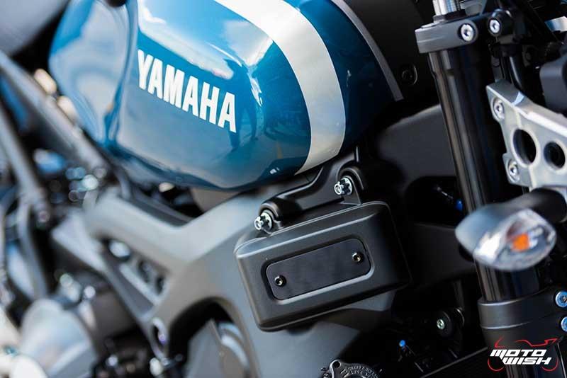 """Motowish Yamaha XSR 900 11 - Review : Yamaha XSR900 เท่ห์บาดใจ เรทโทรไบค์ หัวใจสปอร์ต - """"แต่ดูรวมๆ แล้วมีเสน่ห์เหลือเกิน ไม่ต้องมาเขิน ฉันพูดจริงๆ เธอมีเสน่ห์มากมาย จะน่ารักไปไหน อยากจะได้แอบอิง ยิ่งดูยิ่งมีเสน่ห์"""" แหม่!! อารมณ์ดีดี๊ มันใช่เลยกับความรู้สึกแบบนี้ รอคอยกันมาแรมปีกับของดีที่ Yamaha Riders' Club Thailand นำมาให้สาวกได้จับจองเป็นเจ้าของกันแล้ว สำหรับ Yamaha XSR 900 รถสปอร์ตคลาสสิคเรทโทร ทั้งชิค ทั้งไฮโซ เทคโนโลยีโก้ๆ และสมรรถนะเต็มคัน"""