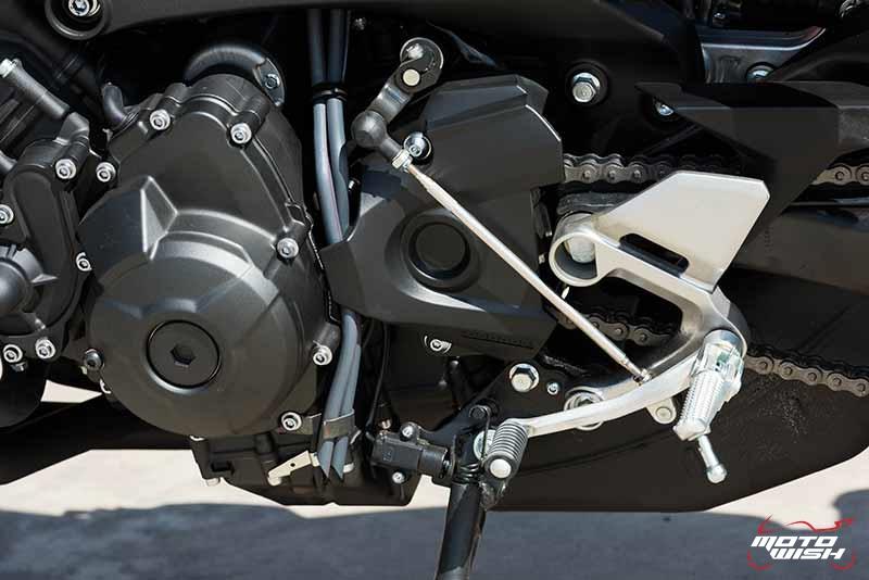"""Motowish Yamaha XSR 900 12 - Review : Yamaha XSR900 เท่ห์บาดใจ เรทโทรไบค์ หัวใจสปอร์ต - """"แต่ดูรวมๆ แล้วมีเสน่ห์เหลือเกิน ไม่ต้องมาเขิน ฉันพูดจริงๆ เธอมีเสน่ห์มากมาย จะน่ารักไปไหน อยากจะได้แอบอิง ยิ่งดูยิ่งมีเสน่ห์"""" แหม่!! อารมณ์ดีดี๊ มันใช่เลยกับความรู้สึกแบบนี้ รอคอยกันมาแรมปีกับของดีที่ Yamaha Riders' Club Thailand นำมาให้สาวกได้จับจองเป็นเจ้าของกันแล้ว สำหรับ Yamaha XSR 900 รถสปอร์ตคลาสสิคเรทโทร ทั้งชิค ทั้งไฮโซ เทคโนโลยีโก้ๆ และสมรรถนะเต็มคัน"""