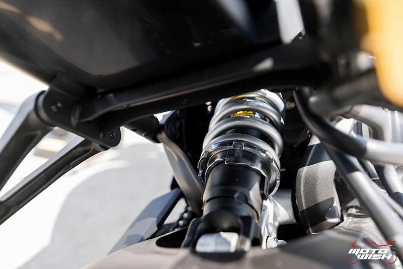 """Motowish Yamaha XSR 900 17 - Review : Yamaha XSR900 เท่ห์บาดใจ เรทโทรไบค์ หัวใจสปอร์ต - """"แต่ดูรวมๆ แล้วมีเสน่ห์เหลือเกิน ไม่ต้องมาเขิน ฉันพูดจริงๆ เธอมีเสน่ห์มากมาย จะน่ารักไปไหน อยากจะได้แอบอิง ยิ่งดูยิ่งมีเสน่ห์"""" แหม่!! อารมณ์ดีดี๊ มันใช่เลยกับความรู้สึกแบบนี้ รอคอยกันมาแรมปีกับของดีที่ Yamaha Riders' Club Thailand นำมาให้สาวกได้จับจองเป็นเจ้าของกันแล้ว สำหรับ Yamaha XSR 900 รถสปอร์ตคลาสสิคเรทโทร ทั้งชิค ทั้งไฮโซ เทคโนโลยีโก้ๆ และสมรรถนะเต็มคัน"""