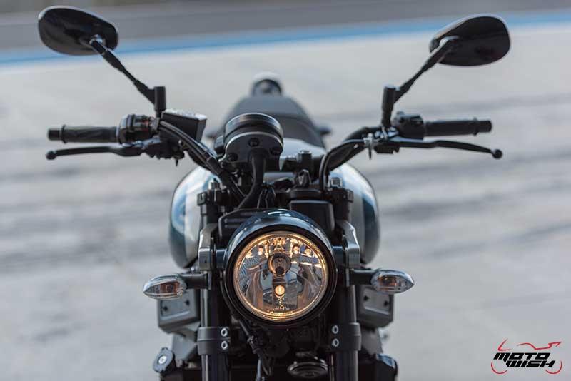 """Motowish Yamaha XSR 900 21 - Review : Yamaha XSR900 เท่ห์บาดใจ เรทโทรไบค์ หัวใจสปอร์ต - """"แต่ดูรวมๆ แล้วมีเสน่ห์เหลือเกิน ไม่ต้องมาเขิน ฉันพูดจริงๆ เธอมีเสน่ห์มากมาย จะน่ารักไปไหน อยากจะได้แอบอิง ยิ่งดูยิ่งมีเสน่ห์"""" แหม่!! อารมณ์ดีดี๊ มันใช่เลยกับความรู้สึกแบบนี้ รอคอยกันมาแรมปีกับของดีที่ Yamaha Riders' Club Thailand นำมาให้สาวกได้จับจองเป็นเจ้าของกันแล้ว สำหรับ Yamaha XSR 900 รถสปอร์ตคลาสสิคเรทโทร ทั้งชิค ทั้งไฮโซ เทคโนโลยีโก้ๆ และสมรรถนะเต็มคัน"""