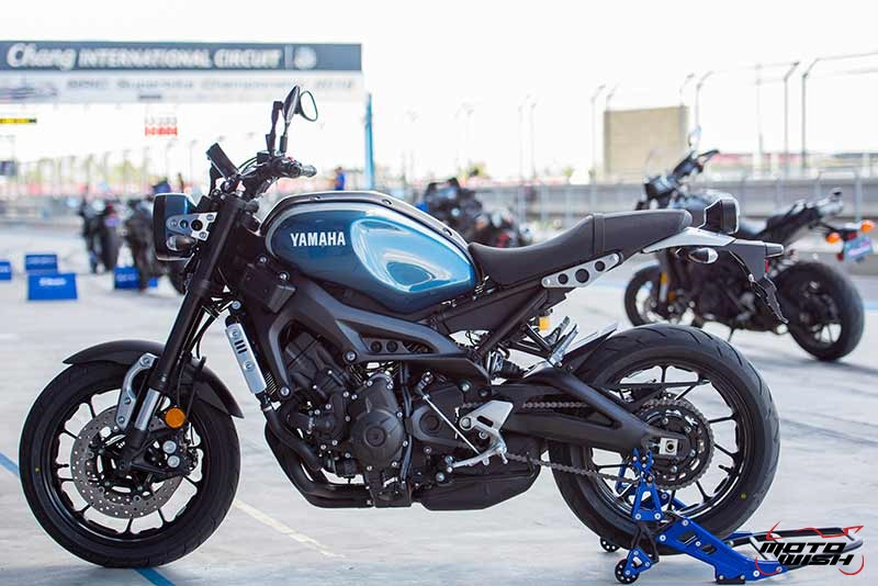 """Motowish Yamaha XSR 900 27 - Review : Yamaha XSR900 เท่ห์บาดใจ เรทโทรไบค์ หัวใจสปอร์ต - """"แต่ดูรวมๆ แล้วมีเสน่ห์เหลือเกิน ไม่ต้องมาเขิน ฉันพูดจริงๆ เธอมีเสน่ห์มากมาย จะน่ารักไปไหน อยากจะได้แอบอิง ยิ่งดูยิ่งมีเสน่ห์"""" แหม่!! อารมณ์ดีดี๊ มันใช่เลยกับความรู้สึกแบบนี้ รอคอยกันมาแรมปีกับของดีที่ Yamaha Riders' Club Thailand นำมาให้สาวกได้จับจองเป็นเจ้าของกันแล้ว สำหรับ Yamaha XSR 900 รถสปอร์ตคลาสสิคเรทโทร ทั้งชิค ทั้งไฮโซ เทคโนโลยีโก้ๆ และสมรรถนะเต็มคัน"""