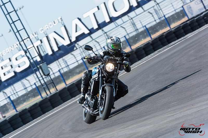 """Motowish Yamaha XSR 900 3 - Review : Yamaha XSR900 เท่ห์บาดใจ เรทโทรไบค์ หัวใจสปอร์ต - """"แต่ดูรวมๆ แล้วมีเสน่ห์เหลือเกิน ไม่ต้องมาเขิน ฉันพูดจริงๆ เธอมีเสน่ห์มากมาย จะน่ารักไปไหน อยากจะได้แอบอิง ยิ่งดูยิ่งมีเสน่ห์"""" แหม่!! อารมณ์ดีดี๊ มันใช่เลยกับความรู้สึกแบบนี้ รอคอยกันมาแรมปีกับของดีที่ Yamaha Riders' Club Thailand นำมาให้สาวกได้จับจองเป็นเจ้าของกันแล้ว สำหรับ Yamaha XSR 900 รถสปอร์ตคลาสสิคเรทโทร ทั้งชิค ทั้งไฮโซ เทคโนโลยีโก้ๆ และสมรรถนะเต็มคัน"""