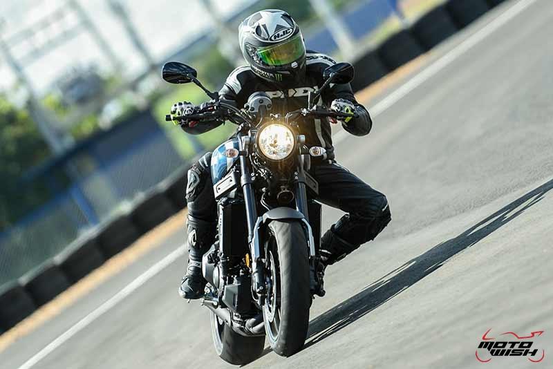 """Motowish Yamaha XSR 900 4 - Review : Yamaha XSR900 เท่ห์บาดใจ เรทโทรไบค์ หัวใจสปอร์ต - """"แต่ดูรวมๆ แล้วมีเสน่ห์เหลือเกิน ไม่ต้องมาเขิน ฉันพูดจริงๆ เธอมีเสน่ห์มากมาย จะน่ารักไปไหน อยากจะได้แอบอิง ยิ่งดูยิ่งมีเสน่ห์"""" แหม่!! อารมณ์ดีดี๊ มันใช่เลยกับความรู้สึกแบบนี้ รอคอยกันมาแรมปีกับของดีที่ Yamaha Riders' Club Thailand นำมาให้สาวกได้จับจองเป็นเจ้าของกันแล้ว สำหรับ Yamaha XSR 900 รถสปอร์ตคลาสสิคเรทโทร ทั้งชิค ทั้งไฮโซ เทคโนโลยีโก้ๆ และสมรรถนะเต็มคัน"""