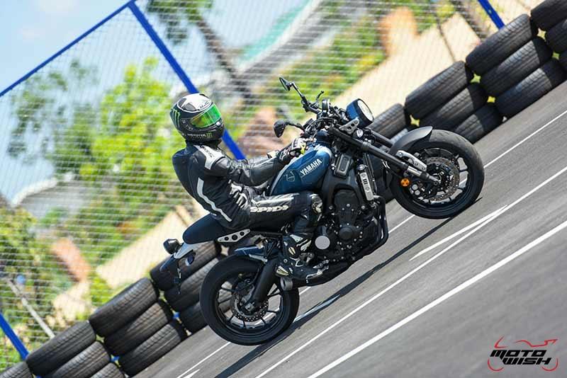 """Motowish Yamaha XSR 900 5 - Review : Yamaha XSR900 เท่ห์บาดใจ เรทโทรไบค์ หัวใจสปอร์ต - """"แต่ดูรวมๆ แล้วมีเสน่ห์เหลือเกิน ไม่ต้องมาเขิน ฉันพูดจริงๆ เธอมีเสน่ห์มากมาย จะน่ารักไปไหน อยากจะได้แอบอิง ยิ่งดูยิ่งมีเสน่ห์"""" แหม่!! อารมณ์ดีดี๊ มันใช่เลยกับความรู้สึกแบบนี้ รอคอยกันมาแรมปีกับของดีที่ Yamaha Riders' Club Thailand นำมาให้สาวกได้จับจองเป็นเจ้าของกันแล้ว สำหรับ Yamaha XSR 900 รถสปอร์ตคลาสสิคเรทโทร ทั้งชิค ทั้งไฮโซ เทคโนโลยีโก้ๆ และสมรรถนะเต็มคัน"""