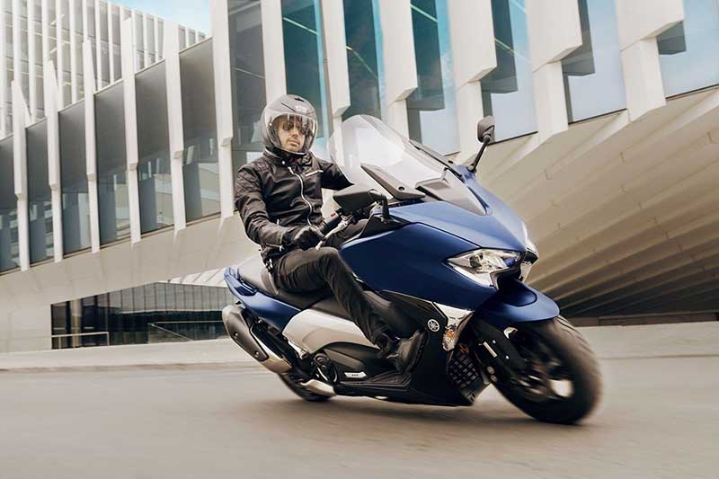 Yamaha TMAX 2017 4 - Yamaha T-Max 2017 พลิกโฉมทั้งที โชว์ของดีถึง 3 รุ่น (EICMA 2016) - เดินสายการผลิตมายาวนานถึง 15 ปี สำหรับสกู๊ตเตอร์อารมณ์สปอร์ตอย่าง Yamaha T-Max ล่าสุดในงาน EICMA 2016 ได้เวลาเผยโฉมสกู๊ตเตอร์เรือธงจากค่ายส้อมเสียงโมเดลล่าสุด Yamaha T-Max 2017 ปล่อยออกมาพร้อมกันถึง 3 รุ่น ได้แก่