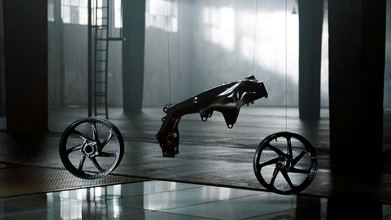 bmw hp4 race 5 - BMW เปิดตัว HP4 Race Prototype รถต้นแบบเฟรมคาร์บอนไฟเบอร์ (EICMA 2016) - BMW Motorrad ผู้ผลิตซุปเปอร์ไบค์ตัวแรงขวัญใจวัยรุ่น เปิดตัวซุปเปอร์ที่ผลิตจากคาร์บอนไฟเบอร์ให้แฟนๆได้หัวใจเต้น และอยากเป็นเจ้าของในทันที รถรุ่นนี้มีชื่อว่า HP4 Race Prototype เป็นรถต้นแบบที่มีความพิเศษด้วยเฟรมตัวถัง และล้อที่ทำจากคาร์บอนไฟเบอร์ ด้วยการ