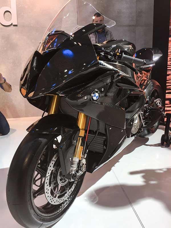 bmw hp4 race 6 - BMW เปิดตัว HP4 Race Prototype รถต้นแบบเฟรมคาร์บอนไฟเบอร์ (EICMA 2016) - BMW Motorrad ผู้ผลิตซุปเปอร์ไบค์ตัวแรงขวัญใจวัยรุ่น เปิดตัวซุปเปอร์ที่ผลิตจากคาร์บอนไฟเบอร์ให้แฟนๆได้หัวใจเต้น และอยากเป็นเจ้าของในทันที รถรุ่นนี้มีชื่อว่า HP4 Race Prototype เป็นรถต้นแบบที่มีความพิเศษด้วยเฟรมตัวถัง และล้อที่ทำจากคาร์บอนไฟเบอร์ ด้วยการ