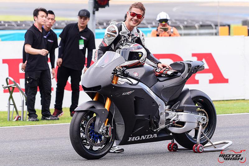 MotoWish Honda RC213V s Review Thailand 4 - A.P.Honda จัดรถเทพ RC213V-s ราคา 8.7 ล้านบาท ลั่นโชว์ ณ สนามช้างฯ เซอร์กิต - หลังจากที่ บริษัท เอ.พี.ฮอนด้า จำกัด เปิดตัวสุดยอดรถโปรดักชั่น Honda RC213V-s พร้อมจำหน่ายและมีพิธีส่งมอบรถในงาน Motor Expo 2016 แบบแฟนๆชาวสองล้อยังไม่ทันหายตะลึง ในความสวยโหดและราคาที่สุดติ่ง