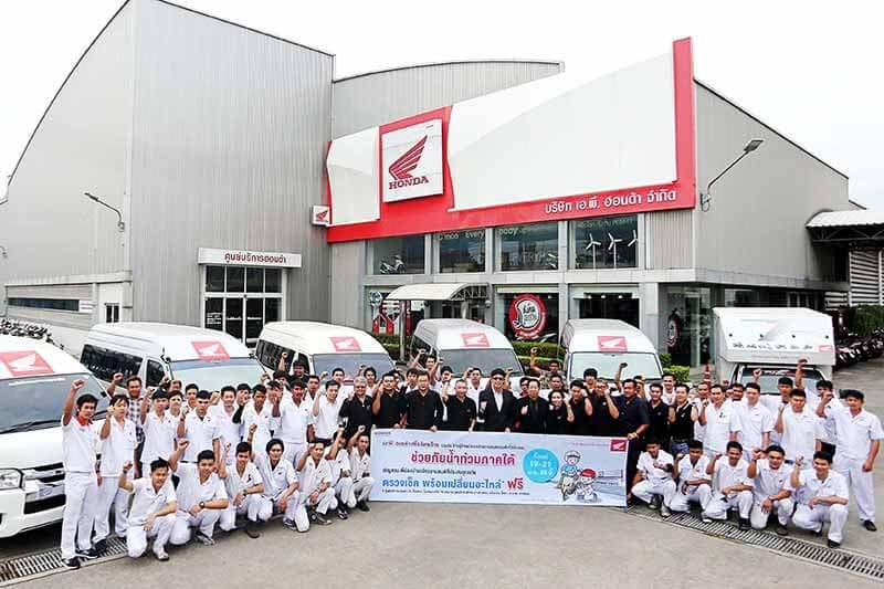 """a.p.honda service the condemned south - A.P. Honda ส่งหน่วยบริการซ่อมรถจักรยานยนต์ ผู้ประสบภัยน้ำท่วมภาคใต้ฟรี !!! - บริษัท เอ.พี.ฮอนด้า จำกัด ผู้จัดจำหน่ายรถจักรยานยนต์ฮอนด้าในประเทศไทย ร่วมกับร้านผู้จำหน่ายรถจักรยานยนต์ฮอนด้า จัดทำโครงการ """"เอ.พี. ฮอนด้า เพื่อสังคมไทย ช่วยภัยน้ำท่วมภาคใต้"""" โดยจัดหน่วยบริการเคลื่อนที่ชุดใหญ่พร้อมทีมช่างผู้เชี่ยวชาญลงพื้นที่ช่วยเหลือผู้ประสบภัยน้ำท่วมในเขตภาคใต้ จำนวน 12 จังหวัด รวม 83 แห่ง"""