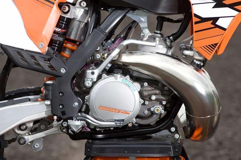 KTM เผยเครื่องยนต์หัวฉีด 2 จังหวะรุ่นใหม่ เตรียมใส่ประจำการในรถเอ็นดูโร่ ปี 2018 | MOTOWISH 57