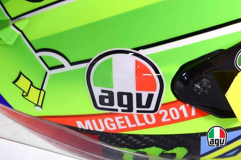"""AGV Pista GP R Mugello 2017 7 - เผยโฉม AGV Pista GP R Mugello 2017 หมวกลายใหม่ประจำปี ที่สาวก """"วาเลนติโน่ รอสซี่"""" เฝ้าคอย - ถือเป็นธรรมเนียมปฏิบัติทุกปี เมื่อกลับมาแข่งในสนามโฮมเรซ และในปีนี้สิ่งที่สาวกต่างรอชมก็ได้เปิดเผยให้เห็นในวันที่ 2 ของการฝึกซ้อม นั่นคือหมวกลิมิเต็ดประจำปี AGV Pista GP R Mugello 2017"""