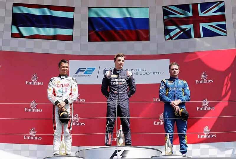 """alex albon ansusinha podium formula 2 2 - ธงชาติไทยโบกสะบัดในสนามออสเตรีย อเล็กซ์ อัลบอน อังศุสิงห์ ขึ้นโพเดียมอันดับที่ 2 ในการแข่งขัน Formula 2 - ธงชาติไทยโบกสะบัดบนสนามแข่งรถออสเตรีย เป็นที่น่ายินดีเป็นอย่างยิ่งเมื่อ อเล็กซ์ อัลบอน อังศุสิงห์ นักแข่งรถ Formula 2 ลูกครึ่งเชื้อสาย อังกฤษ-ไทย ฉายา """"โกลเด้นบอย"""" เข้าเส้นชัยเป็นอันดับที่ 2 หลังออกตัวได้อย่างสุดยอด"""