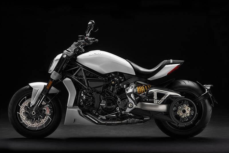 """Ducati xdiavel 3 - Ducati เผยภาพ """"XDiavel S"""" สีใหม่ """"Iceberg White"""" สวยสะพรั่ง ดั่งนางฟ้า - Ducati เผยภาพ XDiavel S สีใหม่ต้อนรับปี 2018 ด้วยสี Iceberg White นอกจากได้รับสีใหม่แล้ว ยังได้รับการปรับปรุงระบบกันสะเทือนใหม่ด้วย เพื่อให้ผู้ขับขี่ และผู้ซ้อนได้รับความสะดวกสบายมากขึ้น"""
