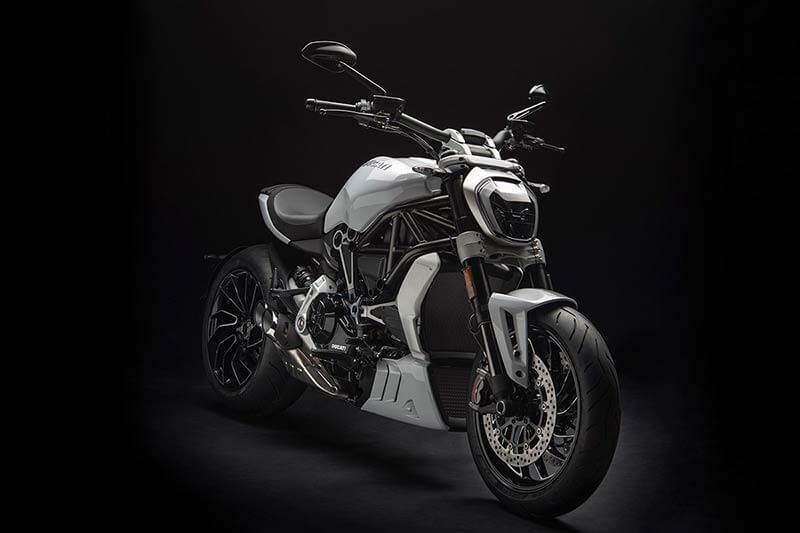 """Ducati xdiavel 4 - Ducati เผยภาพ """"XDiavel S"""" สีใหม่ """"Iceberg White"""" สวยสะพรั่ง ดั่งนางฟ้า - Ducati เผยภาพ XDiavel S สีใหม่ต้อนรับปี 2018 ด้วยสี Iceberg White นอกจากได้รับสีใหม่แล้ว ยังได้รับการปรับปรุงระบบกันสะเทือนใหม่ด้วย เพื่อให้ผู้ขับขี่ และผู้ซ้อนได้รับความสะดวกสบายมากขึ้น"""