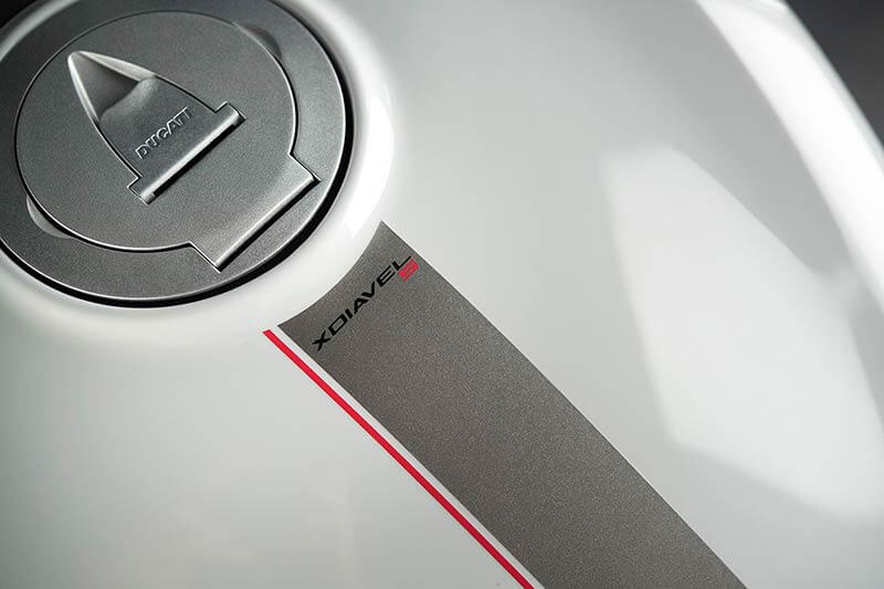 """Ducati xdiavel 5 - Ducati เผยภาพ """"XDiavel S"""" สีใหม่ """"Iceberg White"""" สวยสะพรั่ง ดั่งนางฟ้า - Ducati เผยภาพ XDiavel S สีใหม่ต้อนรับปี 2018 ด้วยสี Iceberg White นอกจากได้รับสีใหม่แล้ว ยังได้รับการปรับปรุงระบบกันสะเทือนใหม่ด้วย เพื่อให้ผู้ขับขี่ และผู้ซ้อนได้รับความสะดวกสบายมากขึ้น"""