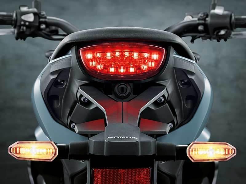 "Honda CB150R Taillamp - เปิดตัวครั้งแรกในโลก Honda CB150R ทั้งรุ่นธรรมดา และรุ่นตกแต่งพิเศษ พร้อมรายละเอียดแบบจัดเต็ม - บริษัท เอ.พี. ฮอนด้า จำกัด ตอกย้ำผู้นำตลาดอันดับหนึ่งในไทย จัดงาน ""The ExMotion World Premier Launch"" เปิดตัวครั้งแรกของโลกกับ Honda CB150R สุดยอดรถจักรยานยนต์สายพันธุ์สปอร์ตที่ผสมผสาน"