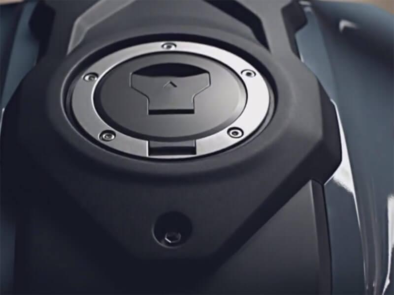 "Honda CB150R oil cap - เปิดตัวครั้งแรกในโลก Honda CB150R ทั้งรุ่นธรรมดา และรุ่นตกแต่งพิเศษ พร้อมรายละเอียดแบบจัดเต็ม - บริษัท เอ.พี. ฮอนด้า จำกัด ตอกย้ำผู้นำตลาดอันดับหนึ่งในไทย จัดงาน ""The ExMotion World Premier Launch"" เปิดตัวครั้งแรกของโลกกับ Honda CB150R สุดยอดรถจักรยานยนต์สายพันธุ์สปอร์ตที่ผสมผสาน"