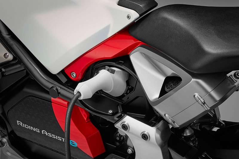 Honda Riding Assist e concept 2017 2 - Honda Riding Assist-e concept รถไฟฟ้าทรงตัวด้วยตัวเอง เตรียมเผยโฉมใน Tokyo Motor Show เดือนหน้า - Honda Riding Assist-e concept รถต้นแบบอีกหนึ่งคันจากค่ายปีกนก ที่จะยกไปแสดงในงาน Tokyo Motor Show ในเดือนตุลาคมที่จะถึงนี้ สำหรับรถรุ่นนี้ทาง Honda ยังไม่ได้พูดถึงการขับขี่