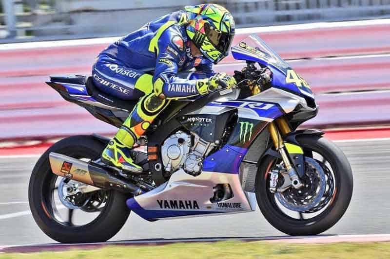 "MotoWish Rossi successfully wraps up second Test - ""Rossi หวดลืมหัก"" โชว์สเต็ป 18 ลงลั่นแทรคอีกครั้ง ด้วยรถทดสอบ Yamaha YZF-R1M - งงกันไปทั้งบางเมื่อพ่อหมอ Valentino Rossi ที่กำลังอยู่ในช่วงพักรักษาตัวเนื่องจากอุบัติเหตุ""ขาขวาหัก"" ได้ตัดสินใจคว้ากุญแจ Yamaha YZF-R1M ลงไปหวดลั่นสนาม เพื่อทดสอบสภาพร่างกายของตัวเอง และเป็นการตัดสินใจว่าจะลงแข่งขันในรายการ Gran Premio Movistar de Aragón ที่จะมีขึ้นในสุดสัปดาห์นี้ได้หรือไม่"